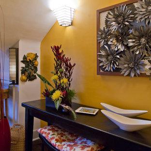 Ispirazione per uno studio tradizionale di medie dimensioni con pareti gialle, parquet scuro, scrivania autoportante e pavimento marrone