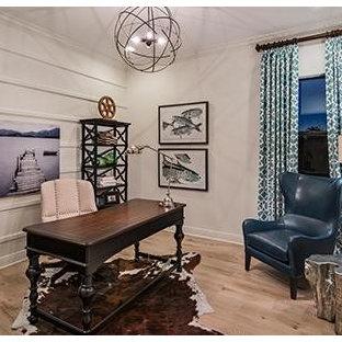 マイアミの中くらいのトランジショナルスタイルのおしゃれなホームオフィス・書斎 (白い壁、淡色無垢フローリング、暖炉なし、自立型机、ベージュの床) の写真