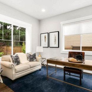 Idee per un grande studio american style con pareti bianche, parquet scuro, scrivania autoportante e pavimento marrone