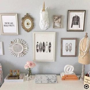 Пример оригинального дизайна: рабочее место среднего размера в стиле шебби-шик с белыми стенами и отдельно стоящим рабочим столом