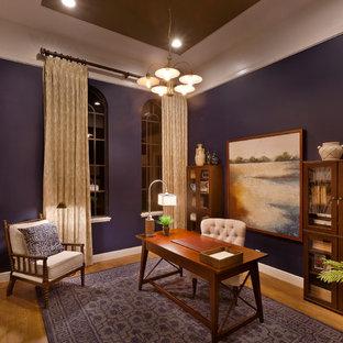 タンパの中サイズのカントリー風おしゃれな書斎 (無垢フローリング、自立型机、紫の壁) の写真