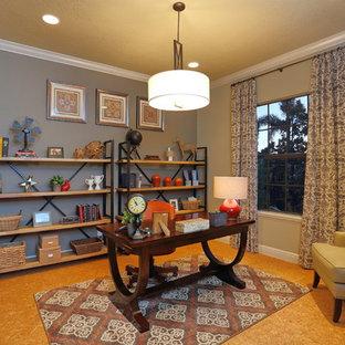 タンパの中くらいのトラディショナルスタイルのおしゃれな書斎 (コルクフローリング、暖炉なし、自立型机、グレーの壁) の写真