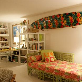 Immagine di un ufficio tropicale di medie dimensioni con pareti bianche, pavimento con piastrelle in ceramica, nessun camino e scrivania autoportante