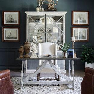 ジャクソンビルの中サイズのトランジショナルスタイルのおしゃれなホームオフィス・仕事部屋 (自立型机、グレーの壁、クッションフロア、暖炉なし、グレーの床) の写真