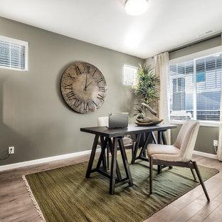 シアトルの中くらいのモダンスタイルのおしゃれな書斎 (緑の壁、ラミネートの床、暖炉なし、自立型机、グレーの床) の写真