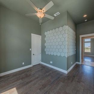 オースティンのトランジショナルスタイルのおしゃれな書斎 (緑の壁、竹フローリング、自立型机、ベージュの床) の写真