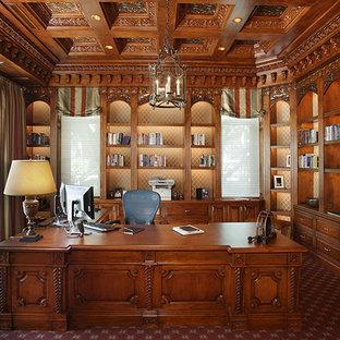 サンディエゴの広いトラディショナルスタイルのおしゃれな書斎 (茶色い壁、カーペット敷き、暖炉なし、自立型机、赤い床) の写真