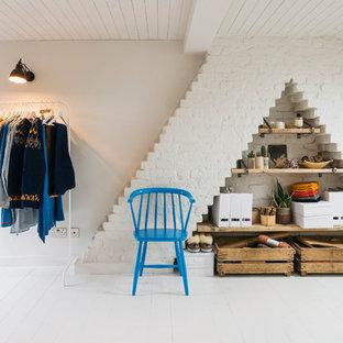 Immagine di un ufficio scandinavo con pareti bianche, pavimento in legno verniciato, scrivania autoportante e pavimento bianco