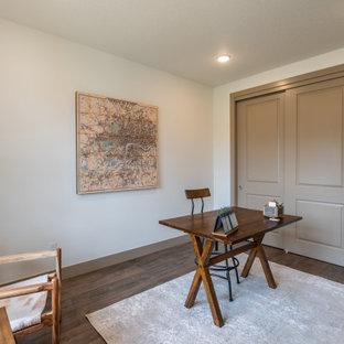 ポートランドのトラディショナルスタイルのおしゃれな書斎 (ベージュの壁、ラミネートの床、自立型机、マルチカラーの床) の写真