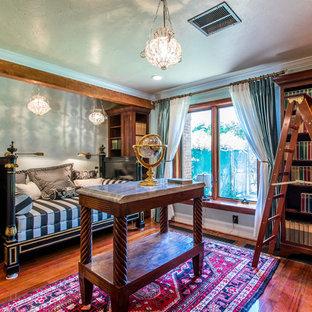 Foto di un grande studio classico con libreria, pareti verdi, pavimento in legno massello medio, nessun camino, scrivania autoportante e pavimento rosso