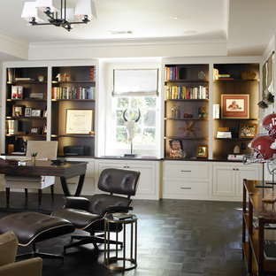 Foto på ett funkis arbetsrum, med vita väggar, mörkt trägolv, ett fristående skrivbord och svart golv