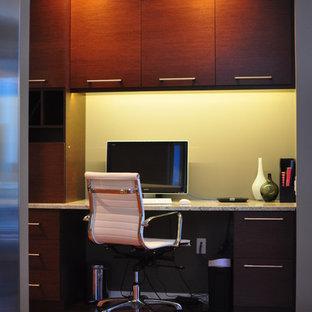 シカゴの小さいコンテンポラリースタイルのおしゃれなホームオフィス・書斎 (緑の壁、無垢フローリング、造り付け机) の写真
