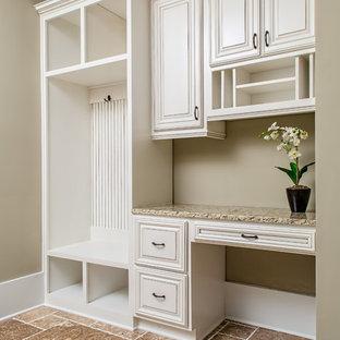 アトランタの小さいカントリー風おしゃれなホームオフィス・仕事部屋 (ベージュの壁、造り付け机、暖炉なし、トラバーチンの床、ベージュの床) の写真