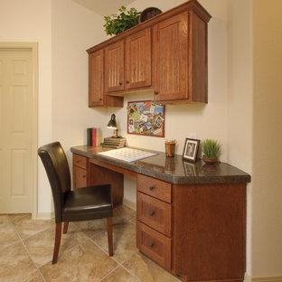 Idéer för att renovera ett litet vintage hemmabibliotek, med beige väggar, klinkergolv i porslin, ett inbyggt skrivbord och beiget golv