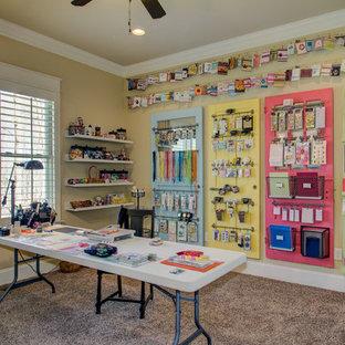 Ejemplo de sala de manualidades clásica con paredes beige, moqueta y escritorio independiente