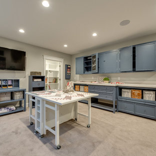 ソルトレイクシティの広いトランジショナルスタイルのおしゃれなクラフトルーム (グレーの壁、カーペット敷き、暖炉なし、造り付け机、ベージュの床) の写真