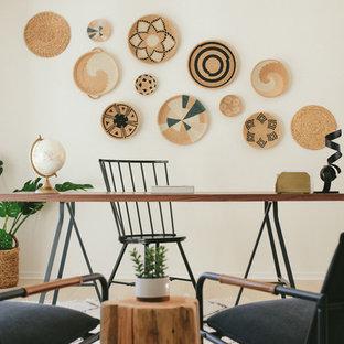 サンタバーバラの大きいビーチスタイルのおしゃれな書斎 (白い壁、淡色無垢フローリング、自立型机、暖炉なし、白い床) の写真