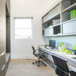 Пример оригинального дизайна: рабочее место среднего размера в стиле ретро с белыми стенами, полом из керамической плитки и встроенным рабочим столом