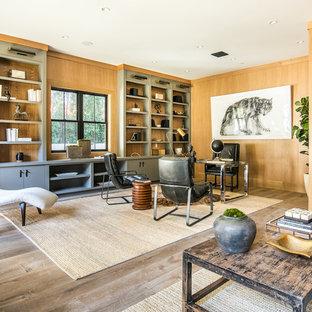 ロサンゼルスのカントリー風おしゃれなホームオフィス・書斎 (茶色い壁、無垢フローリング、自立型机、茶色い床) の写真