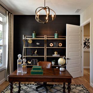 Idée de décoration pour un bureau tradition avec un mur noir, un sol en bois clair et un bureau indépendant.