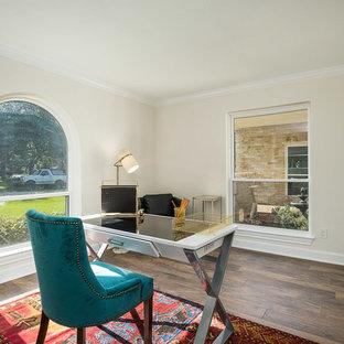 ヒューストンの中くらいのトラディショナルスタイルのおしゃれな書斎 (ベージュの壁、ラミネートの床、自立型机、茶色い床) の写真