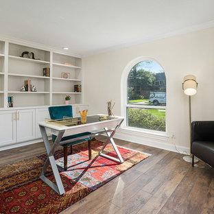 ヒューストンの中サイズのトラディショナルスタイルのおしゃれな書斎 (ベージュの壁、ラミネートの床、自立型机、茶色い床) の写真