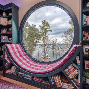 他の地域の中サイズのエクレクティックスタイルのおしゃれなホームオフィス・仕事部屋 (ライブラリー、グレーの壁、カーペット敷き、自立型机、青い床) の写真