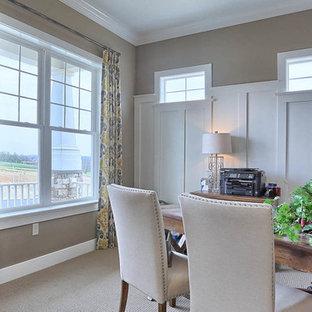 Idée de décoration pour un bureau craftsman de taille moyenne avec un mur gris, moquette, aucune cheminée et un bureau indépendant.