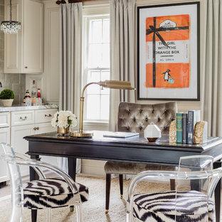 ボストンの中サイズのトラディショナルスタイルのおしゃれな書斎 (ベージュの壁、自立型机、カーペット敷き、暖炉なし、ベージュの床) の写真