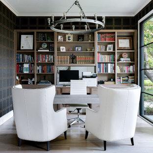 Idéer för medelhavsstil arbetsrum, med ett bibliotek, flerfärgade väggar, ljust trägolv, ett fristående skrivbord och beiget golv