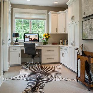 Foto de despacho clásico renovado, pequeño, con paredes beige, suelo de baldosas de porcelana y escritorio empotrado