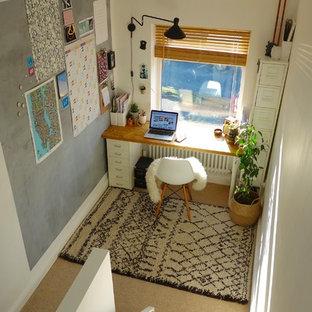 他の地域の小さい北欧スタイルのおしゃれな書斎 (白い壁、カーペット敷き、暖炉なし、自立型机) の写真