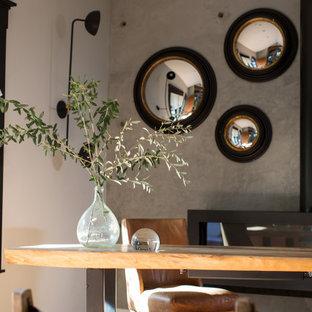 ロサンゼルスの中くらいの北欧スタイルのおしゃれな書斎 (グレーの壁、淡色無垢フローリング、暖炉なし、自立型机、ベージュの床) の写真