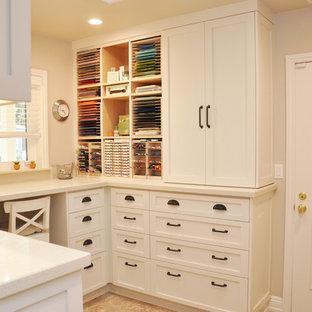 Idée de décoration pour un bureau atelier tradition de taille moyenne avec un mur blanc, un sol en travertin, un bureau intégré et un sol beige.