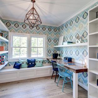 リッチモンドの中サイズのカントリー風おしゃれなホームオフィス・書斎 (マルチカラーの壁、淡色無垢フローリング、暖炉なし、茶色い床、造り付け机) の写真