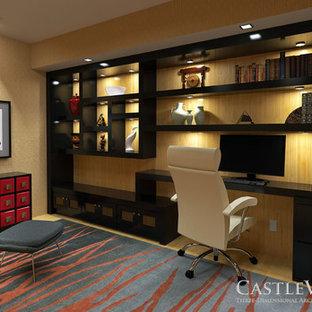 На фото: маленькое рабочее место в восточном стиле с бежевыми стенами и встроенным рабочим столом без камина с
