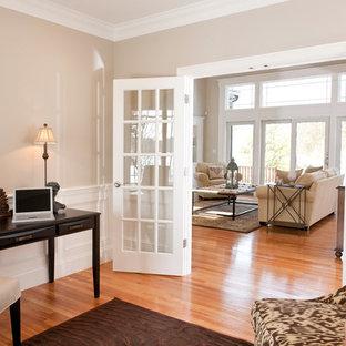 ボストンのトラディショナルスタイルのおしゃれなホームオフィス・仕事部屋 (ベージュの壁、無垢フローリング、自立型机、ベージュの床) の写真