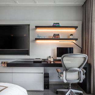 マイアミのコンテンポラリースタイルのおしゃれな書斎 (グレーの壁、暖炉なし、造り付け机、グレーの床) の写真