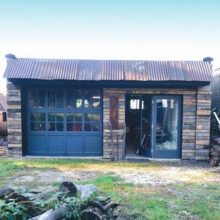Foto di un atelier stile rurale di medie dimensioni con pareti bianche, pavimento in cemento e scrivania incassata