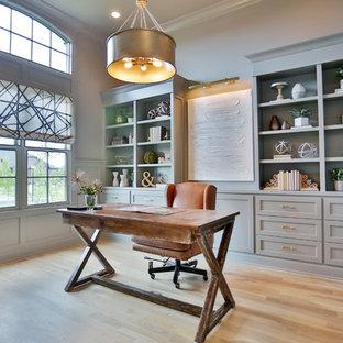 他の地域のトランジショナルスタイルのおしゃれなホームオフィス・仕事部屋 (青い壁、淡色無垢フローリング、自立型机、ベージュの床) の写真