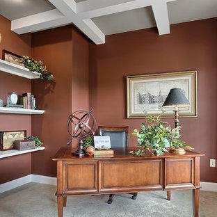 Großes Rustikales Arbeitszimmer ohne Kamin mit Arbeitsplatz, Teppichboden, freistehendem Schreibtisch, roter Wandfarbe und beigem Boden in Sonstige