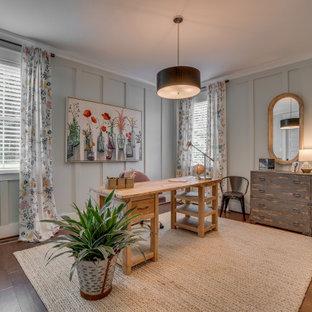 リッチモンドのカントリー風おしゃれな書斎 (緑の壁、ラミネートの床、暖炉なし、自立型机、茶色い床) の写真