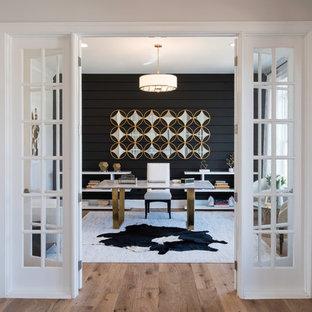 Klassisches Arbeitszimmer mit Arbeitsplatz, schwarzer Wandfarbe, braunem Holzboden, freistehendem Schreibtisch und braunem Boden in Washington, D.C.