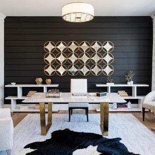 Esempio di un ufficio classico con pareti nere, pavimento in legno massello medio, scrivania autoportante e pavimento marrone