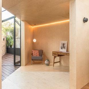 Ispirazione per uno studio scandinavo con pareti beige, pavimento in compensato e pavimento beige