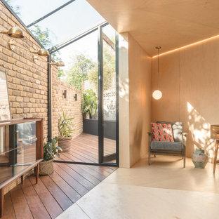 ロンドンの小さい北欧スタイルのおしゃれなアトリエ・スタジオ (ベージュの壁、合板フローリング、自立型机、ベージュの床) の写真