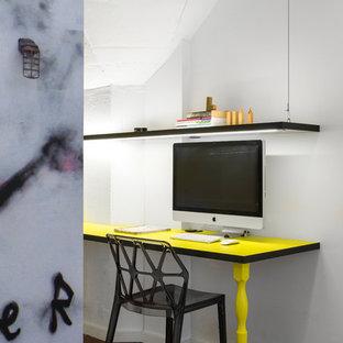 Inspiration pour un petit bureau design avec un mur blanc, un sol en linoléum, un sol marron et un bureau intégré.