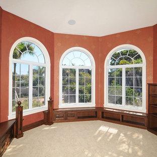 Idee per un ufficio mediterraneo di medie dimensioni con pareti rosse, pavimento con piastrelle in ceramica e scrivania incassata