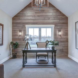 他の地域の広いカントリー風おしゃれな書斎 (グレーの壁、カーペット敷き、ベージュの床) の写真