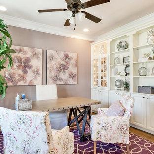 Inspiration pour un bureau style shabby chic de taille moyenne avec un mur violet, un sol en bois brun, un bureau indépendant et un sol marron.